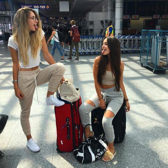chicas con maletas jugando