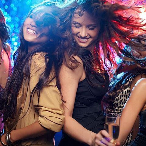 chicas de fiesta por la noche
