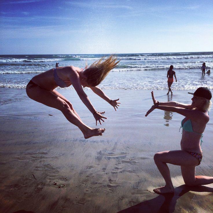 chicas jugando en la playa
