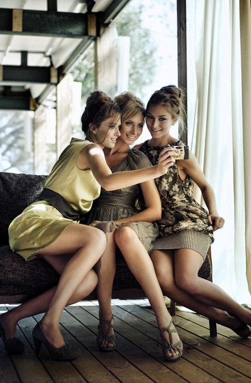 chicas tomándose foto en el celular