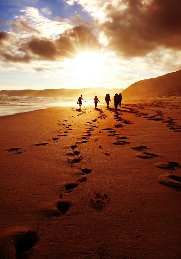 chicas de vacaciones paseando por la playa