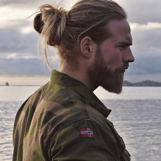 Hombres rubios con pelo largo