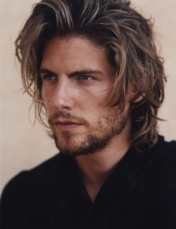 Hombres de cabello largo guapos