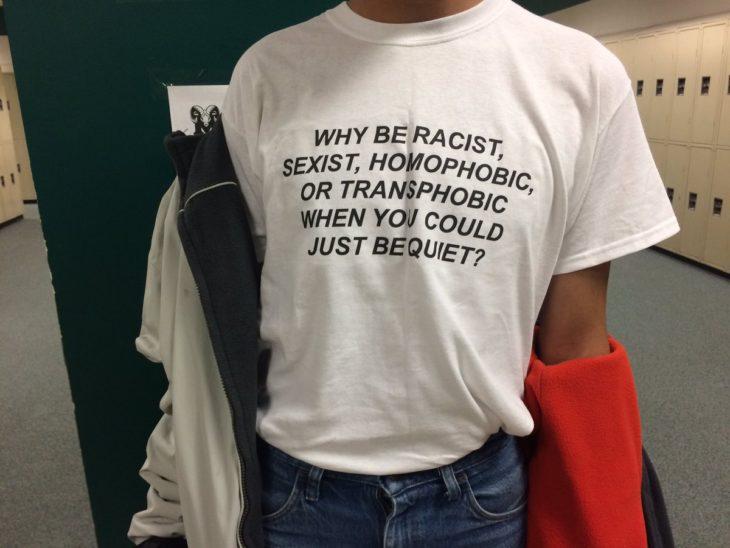 Chico usa camisa contra la homofobia