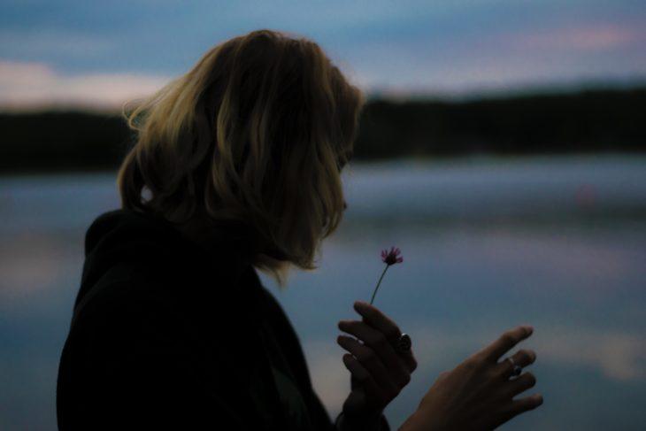 chica con flor en mano