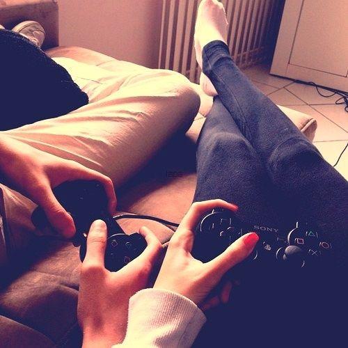 novios jugando play station