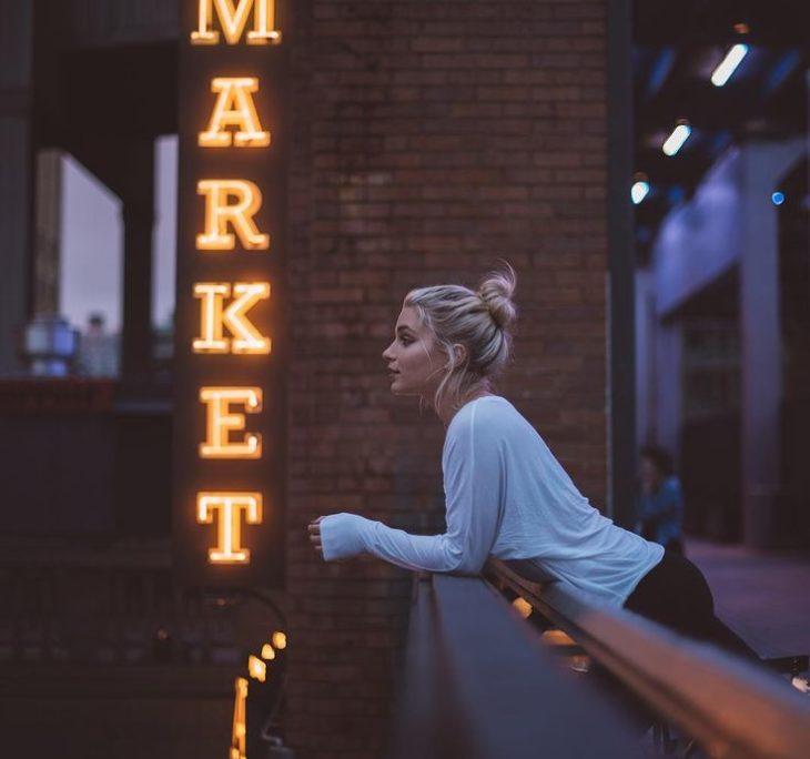 mujer pensativa en balcón