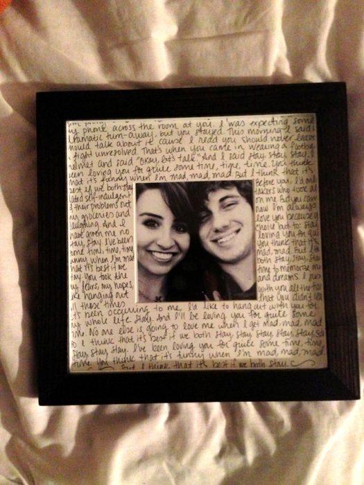 marco con carta y fotografia de pareja