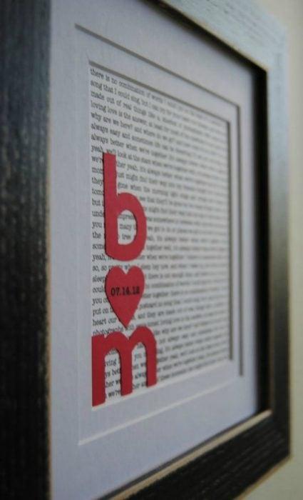 marco con escrito e iniciales con corazón