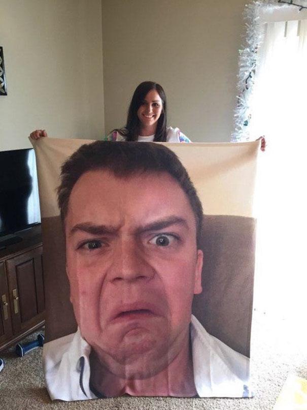 su padre le regala una manta con su rostro para proteger su virginidad