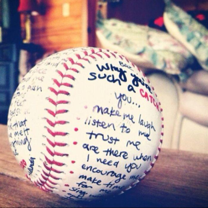pelota de beisbol con carta escrita