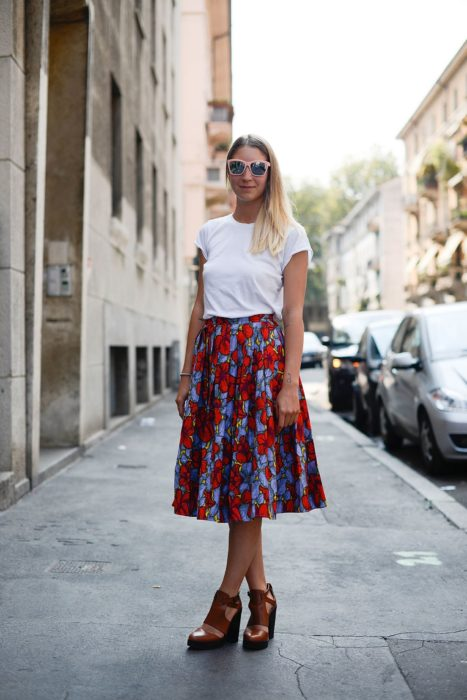 mujer con falda de flores y playera