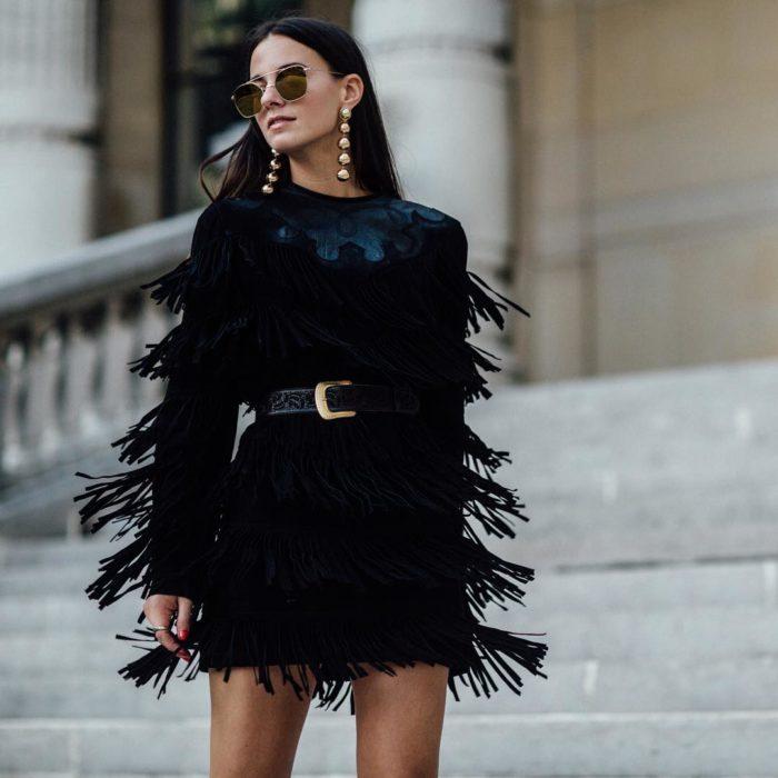 Zina Charkoplia posando con ropa extravagante para una fotografía