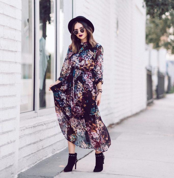 Daniela Ramirez posando con ropa que muestra en su cuenta de Instagram