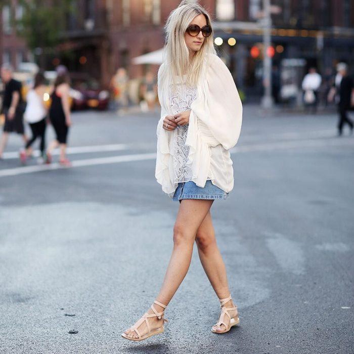 Charlotte Groeneveld caminando por la calle
