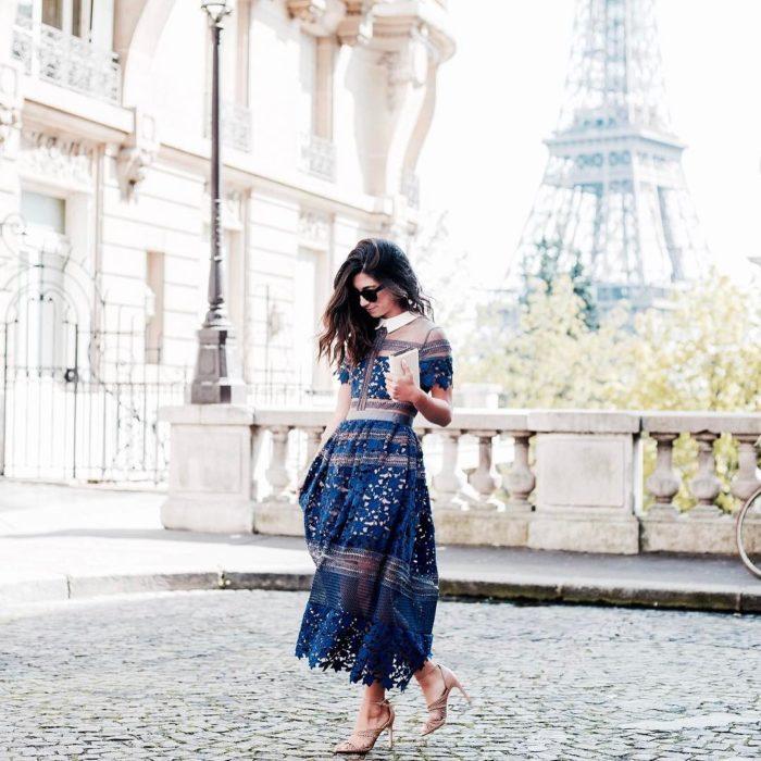 Chica fashionista con una cuenta en Instagram