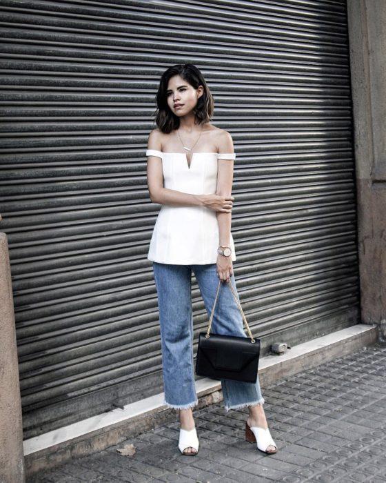 Fake Leather parada sobre la calle posando para una fotografía