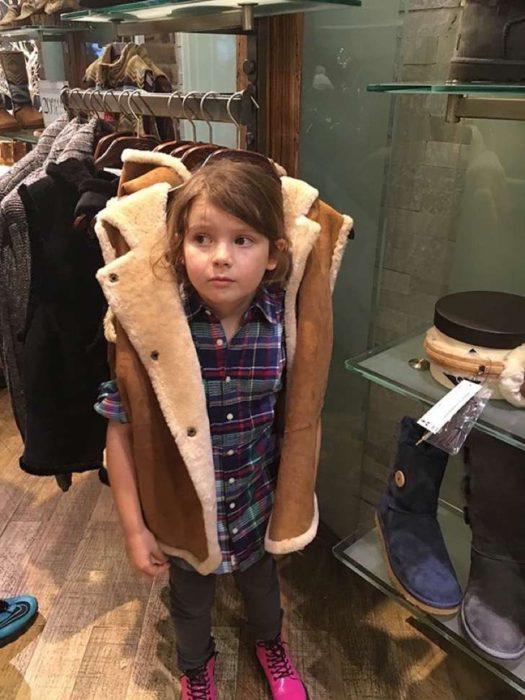 niña con chaleco y gancho