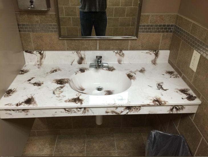 lavamanos con mosaico de manchas