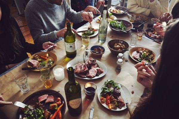 un grupo de gente cenando en un restaurante