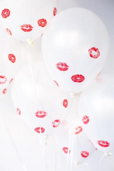 globos blancos con besos pintados