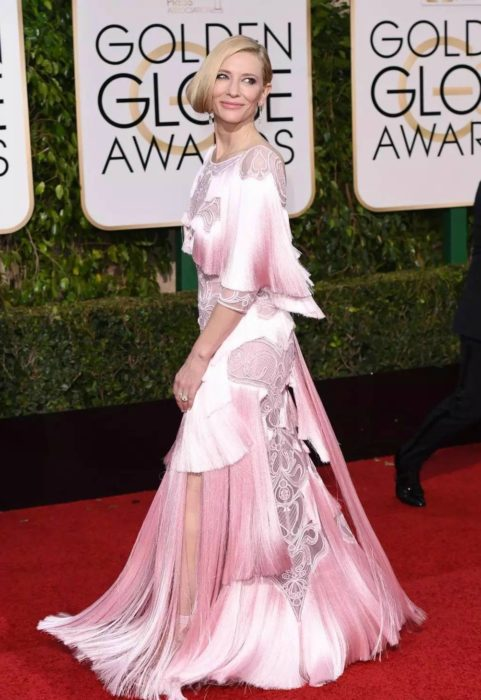 mujer blanca con vestido rosa