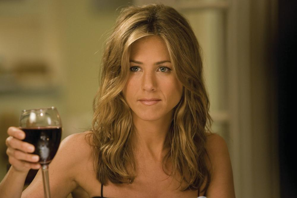 jennifer anniston brindando