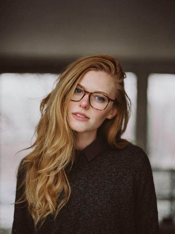 joven rubia con lentes