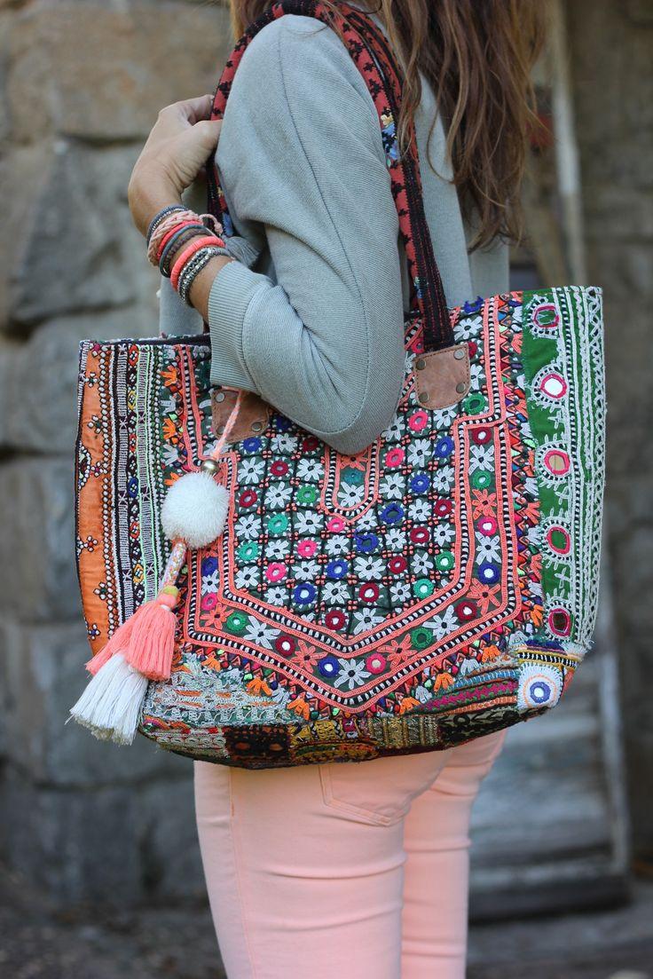 una joven sosteniendo un bolso