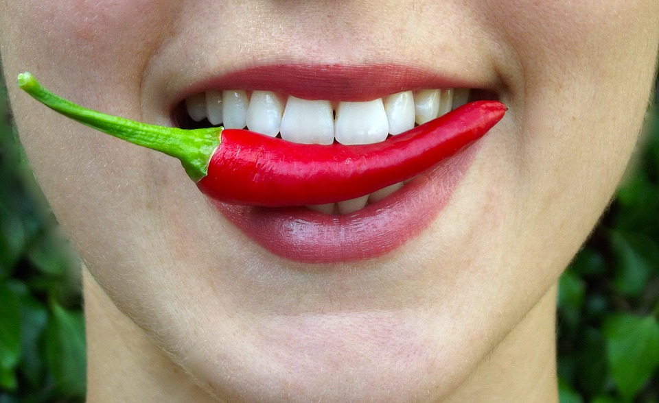 labios comiendo picante
