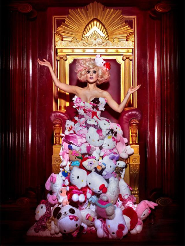 lady gaga usando un vestido de hello kitty
