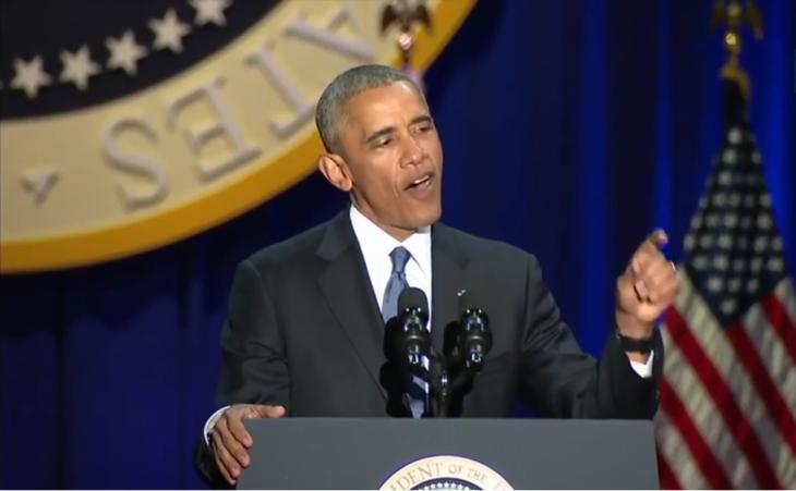 hombre dando discurso en microfono