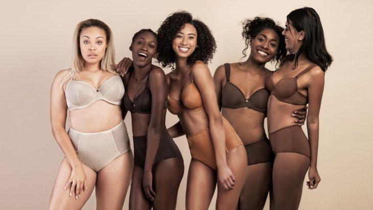 Chicas usando lenceria en tonos nude