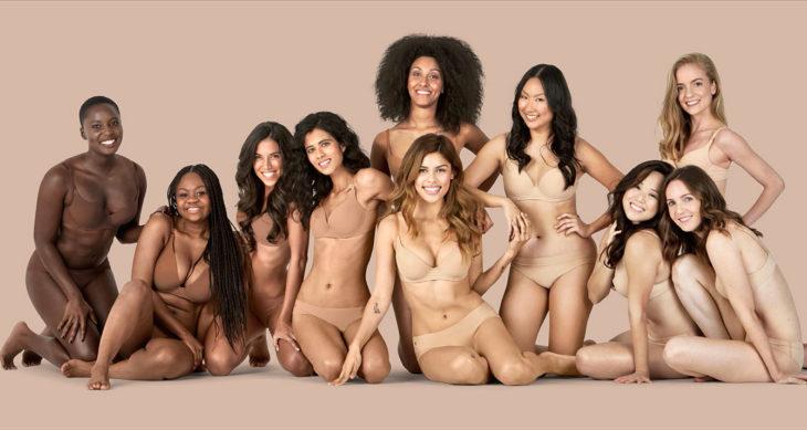 Chicas usando lencería en tono nude