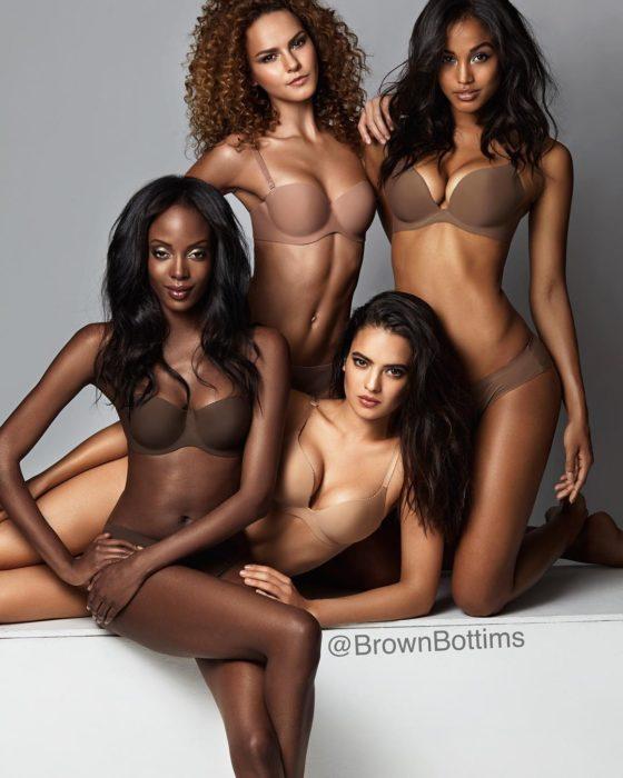 Chicas usando lenceria en tono nude