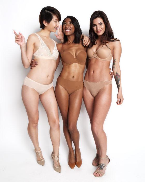 Chicas usando lencería en tonos nude