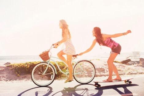 amigas jugando en la bicicleta
