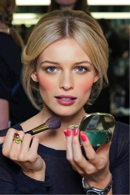mujer aplicando rubor rojo