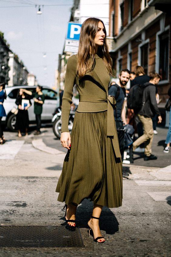 mujer caminando con vestido verde