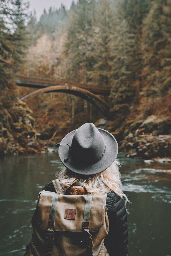 mujer de viaje explorando por el río
