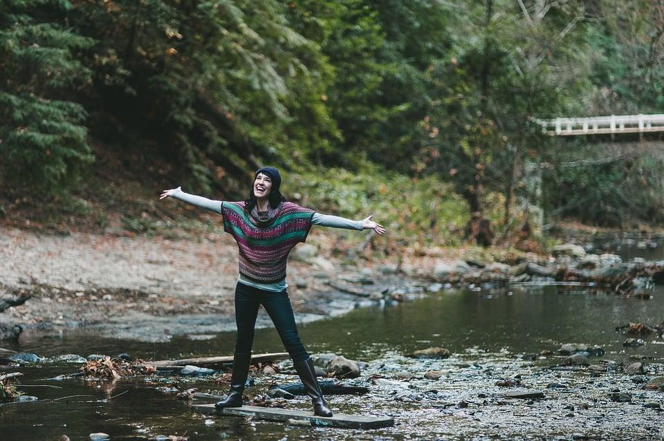 mujer feliz sobre el río