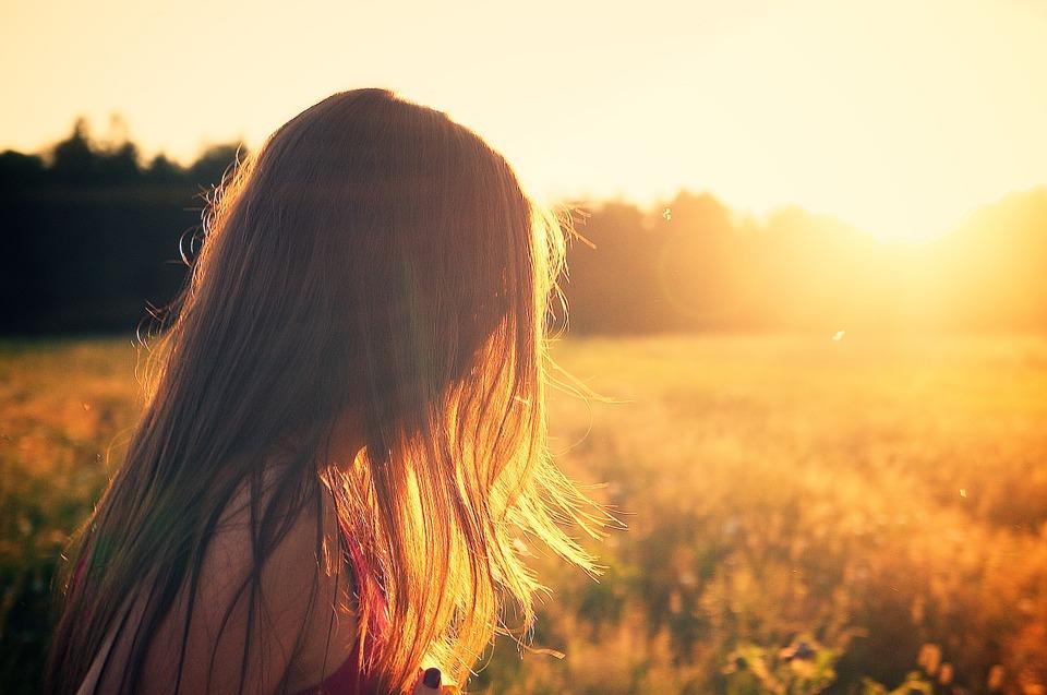 mujer de espaldas frente al sol