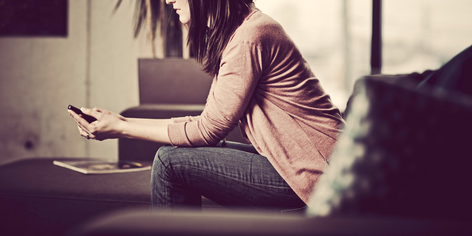 mujer mandando mensaje por el celular