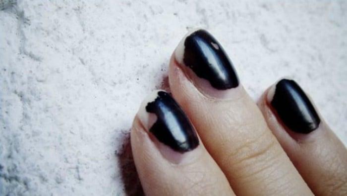 uñas negras mal pintadas
