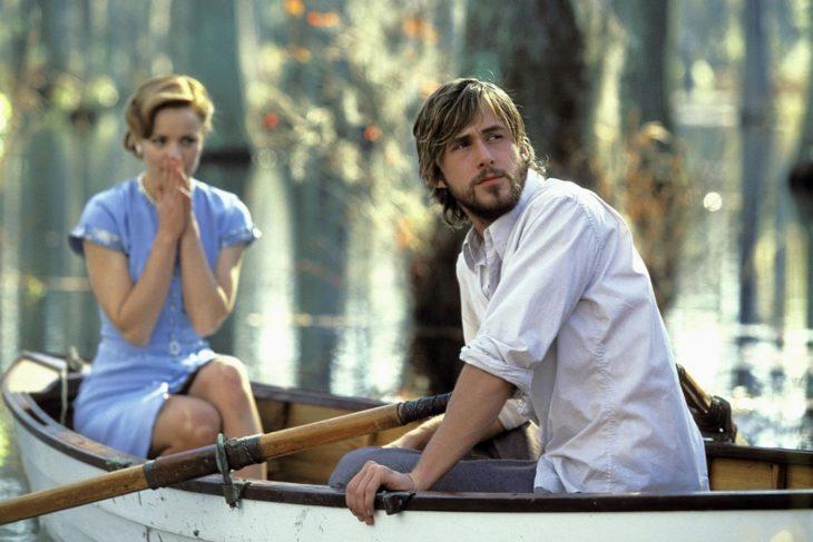 mujer rubia en un bote junto a hombre