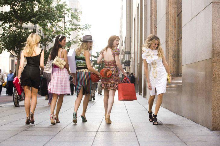 mujeres viendo caminar a chica rubia