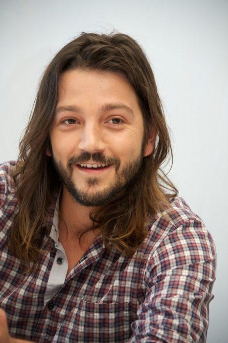 hombre con cabello largo sonriendo