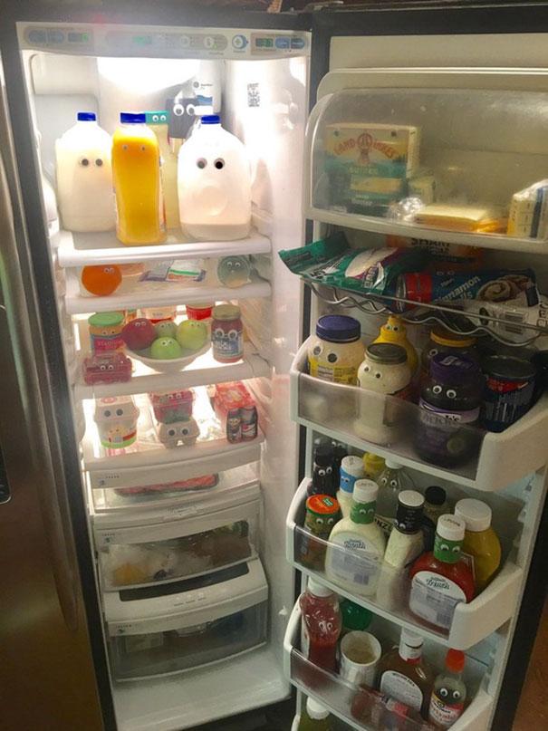 un padre le pone ojos a todos los productos dentro del refrigerador