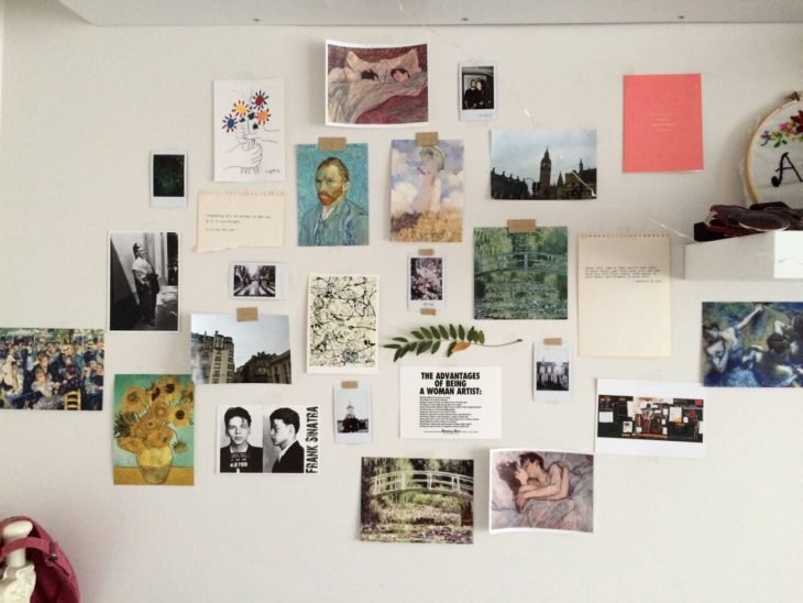 pared con recuerdos post its y fotos