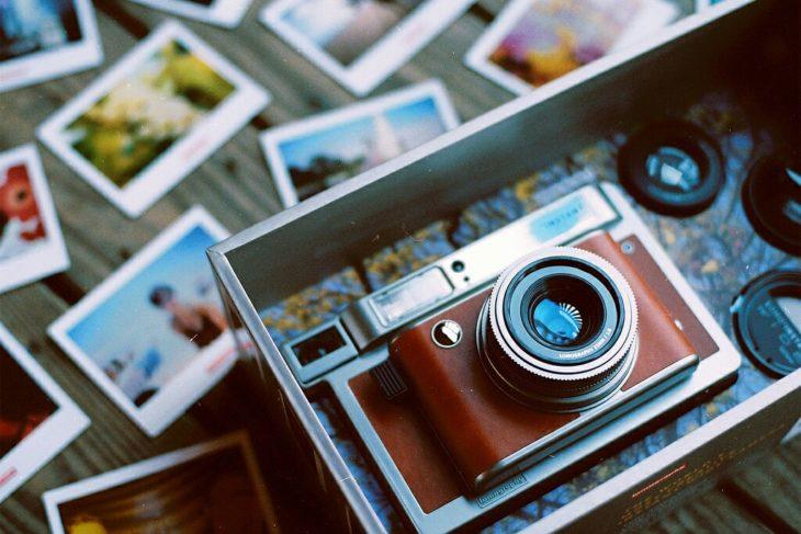 camara de rolo con fotografías